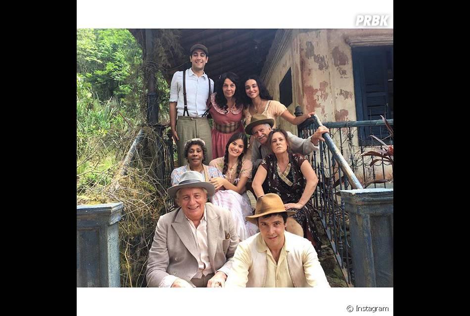 """Camila Queiroz parece ter uma ótima interação com o elenco de """"Êta Mundo Bom"""""""