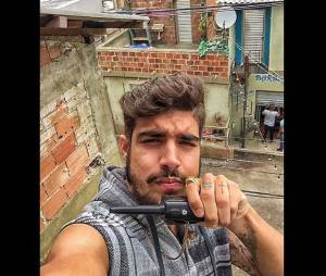 """Em 2015, Caio Castro apareceu com um estilo bem diferente para interpretar o traficante Grego em """"I Love Paraisópolis"""""""