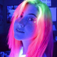 Cabelos que brilham no escuro fazem sucesso nas redes sociais! Conheça esta tendência super colorida
