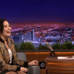 """Demi Lovato dá entrevista hilária e imita outros artistas no """"The Tonight Show"""" com Jimmy Fallon"""