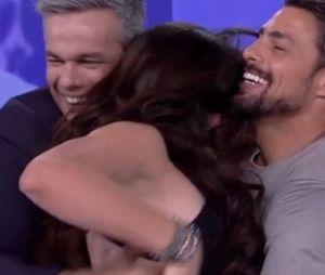 """Cauã Reymond e Monica Iozzi ficaram agarradinhos no """"Vídeo Show""""!"""