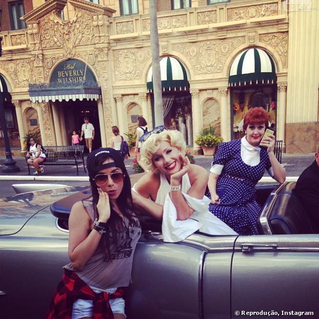 Anitta viaja para Orlando e posa ao lado de sósia de Marilyn Monroe