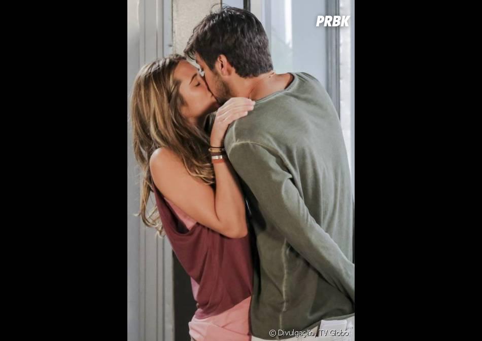 """E você acha que Lili (Juliana Paiva) ficou chupando o dedo?! A protagonista de """"Além do Horizonte"""" lascou um beijo em Marlon (Rodrigo Simas)"""