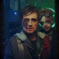"""Josh Hutcherson, de """"Jogos Vorazes"""", vira super-heroí em novo clipe do DJ Snake! Assista """"Middle"""""""