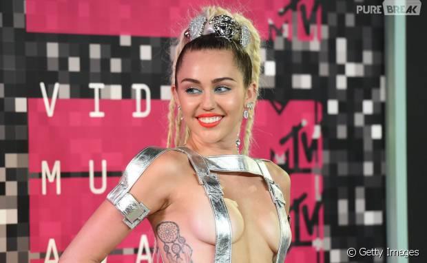 Miley Cyrus está fazendo a linha fitness e agora pratica yoga
