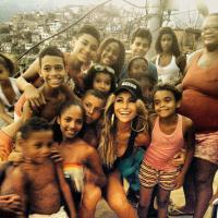 Sabrina Sato posa sensual e esbanja simpatia com moradores de comunidade do Rio