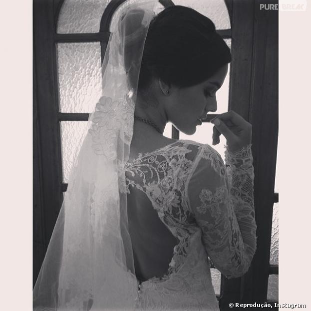 """Bruna Marquezine compartilhou com seus seguidores o vestido de casamento de Helena na novela """"Em Família"""""""