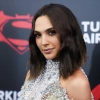 "Gal Gadot, de ""Batman Vs Superman"", elogia papel de Mulher-Maravilha e sugere: ""Mais super-heroínas"""