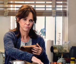 """Tia May (Sally Field) esconde segredos de Peter Parker (Andrew Garfield) em""""O Espetacular Homem-Aranha 2"""""""