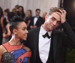 Robert Pattinson e FKA Twigs ainda estão noivos, apesar dos boatos da imprensa americana