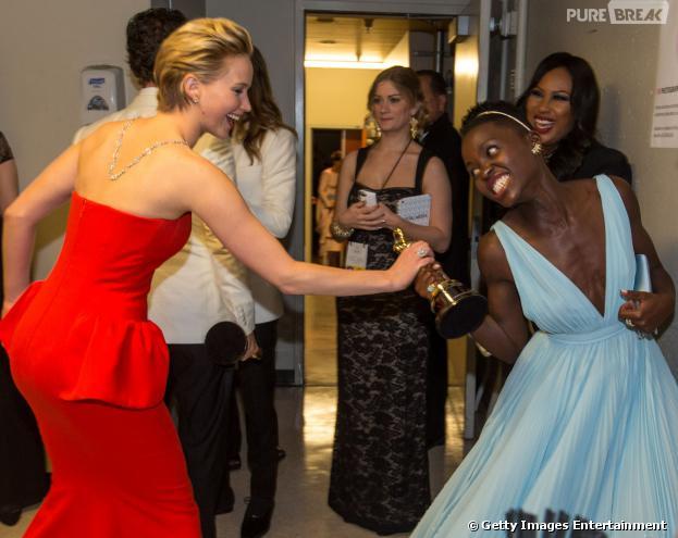 "No Oscar 2014, Jennifer Lawrence tenta ""roubar"" a estatueta deLupita Nyong'o"