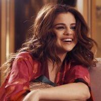 """Selena Gomez publica novas fotos de bastidores e fala sobre a turnê """"Revival"""" em vídeo inédito"""