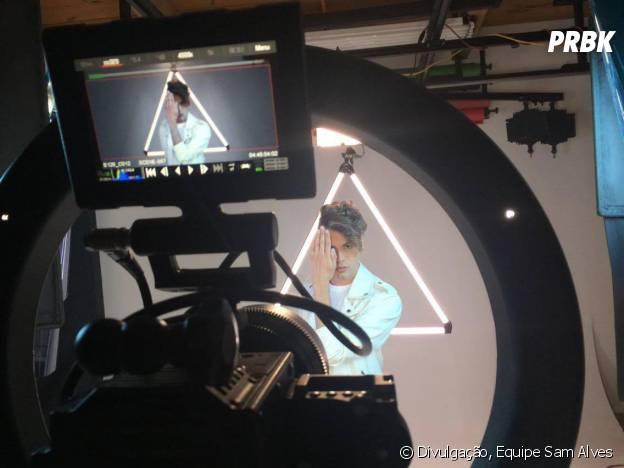 Sam Alves investe em um pop mais intenso e roteiro com triângulo amoroso em novo clipe