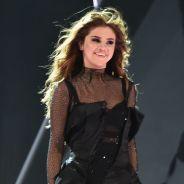 """Selena Gomez interrompe show da """"Revival Tour"""" para falar com fã no FaceTime!"""