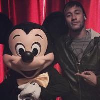 Neymar posa ao lado do Mickey na Disney Europa e comemora Dia dos Pais espanhol
