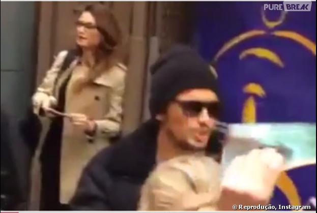 James Franco em Nova York e Thaila Ayala ao fundo