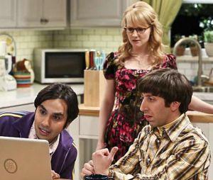 """Na 10ª temporada de """"The Big Bang Theory"""", invenção de Howard pode realmente estar sendo espionada pela Força Aérea!"""