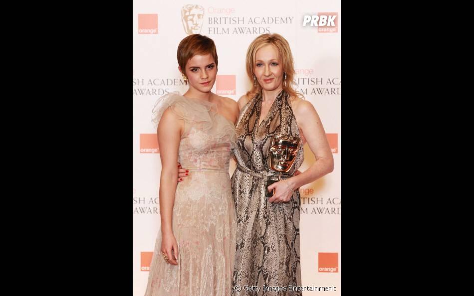 """J. K. Rowoling ao lado da atriz Emma Watson, que deu vida a bruxa Hermione Granger na saga """"Harry Potter"""""""