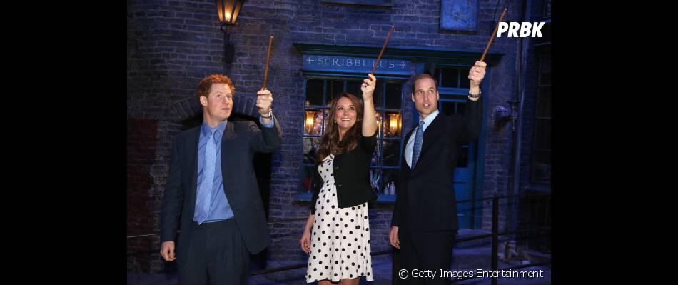 Até a realeza se rende aos encantos de Harry Potter,Príncipe Harry, Catherine Middleton e Príncipe William com suas varinhas