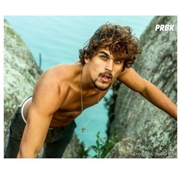 """Felipe Roque, protagonista de """"Malhação"""", grava cenas da novela na praia!"""