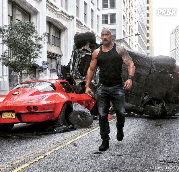 """Dwayne Johnson aparece como Luke Hobbs em nova foto de """"Velozes & Furiosos 8"""""""