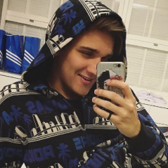 """Christian Figueiredo, do canal """"Eu Fico Loko"""", responde perguntas bizarras sobre namoro em vídeo!"""