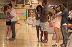 """Na novela """"Em Família"""": Giselle dá beijão em Murilo na frente dos amigos!"""