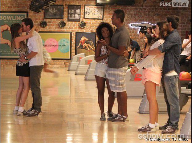 """Na novela """"Em Família"""", Giselle (Agatha Moreira) e Murilo (Sacha Bali) darão o maior beijão no boliche!"""