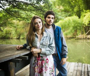 """Isabelle Drummond e Chay Suede posam juntos como Helô e Pedro, na novela """"A Lei do Amor"""", da Globo"""