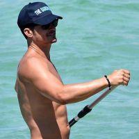 Orlando Bloom pelado outra vez? Astro volta a ficar nu enquanto curte praia com Katy Perry!