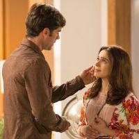 """Novela """"Haja Coração"""": Shirlei (Sabrina Petraglia) e Felipe se declaram e assumem namoro pra família"""