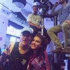 """Giovanna Grigio e Christian Figueiredo posam juntos nos bastidores do filme """"Eu Fico Loko"""""""