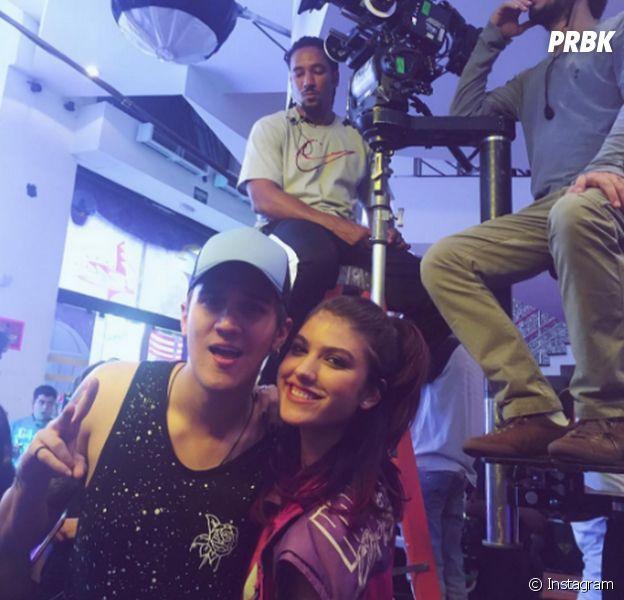 """Giovanna Grigio e Christian Figueiredo tiram foto ao gravarem o filme """"Eu Fico Loko"""""""