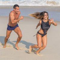"""Novela """"Haja Coração"""": Tamara (Cléo Pires) e Apolo curtem juntos dia de praia e clima esquenta!"""