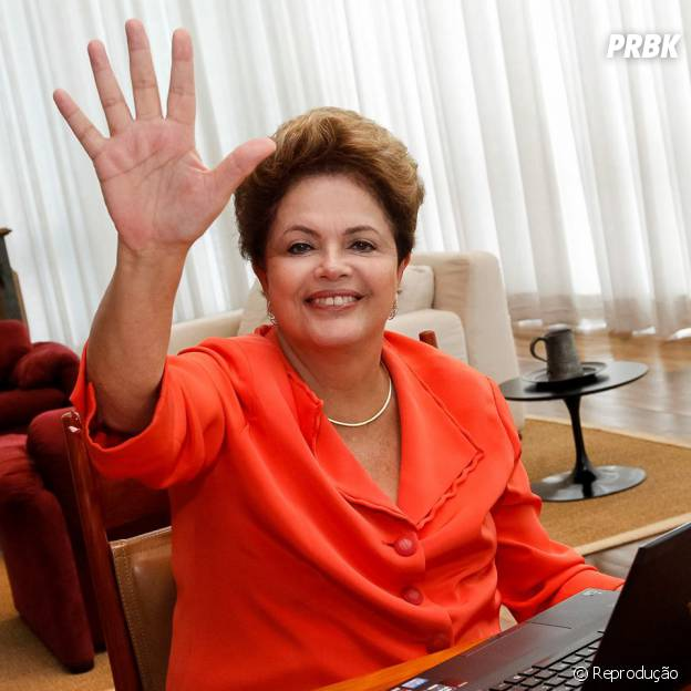 """Em resposta ao comentário de Alan Souza, no Facebook, Dilma postou foto mandando um """"high five"""" para a galera"""