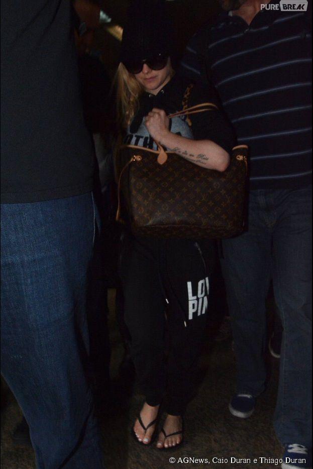 Avril Lavigne chega ao Brasil tentando se esconder na tarde desta segunda-feira, 28 de abril de 2014