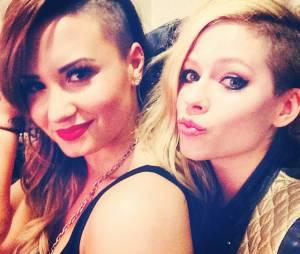 Avril Lavigne e Demi Lovato mostram visual igual na Argentina