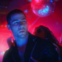 "Nick Jonas beija modelo e curte balada insana no clipe do hit ""Champagne Problems"". Assista agora!"