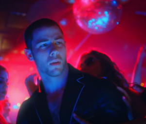 """Nick Jonas canta, dança e curte balada intensa no clipe do single """"Champagne Problems"""""""