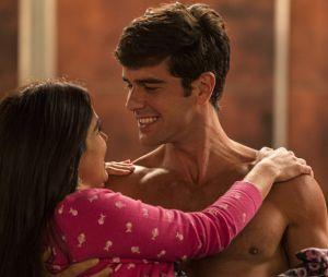 """Final """"Haja Coração"""": como o amor fala sempre mais alto, Felipe (Marcos Pitombo) deu um jeitinho de namorar escondido comShirlei (Sabrina Petraglia), para que ninguém soubesse do romance"""