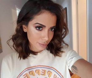 Anitta adere a moda do desafio do manequim