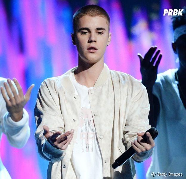 Justin Bieber foi surpreendido por uma fã que deixou sua bunda de fora!