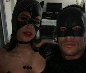Bruna Marquezine e Neymar Jr. aparecem abraçados em foto e fãs comemoram