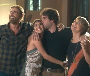 """Em """"A Lei do Amor"""": Letícia (Isabella Santoni) e Tiago (Humberto Carrão) anunciam noivado!"""