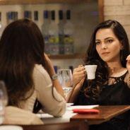 """Amor na novela """"Em Família"""": Clara e Marina trocam carícias em jantar romântico"""