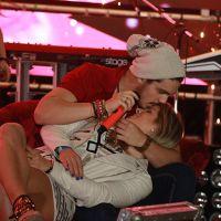 Luan Santana beija e faz carinho em fã durante show na Bahia