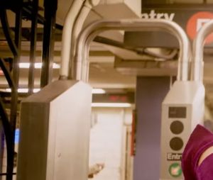 """Anitta mostra todo o seu rebolado no metrô de Nova York no clipe """"Paradinha"""""""