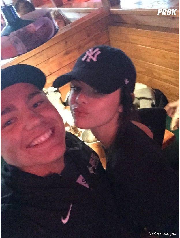 Selena Gomez posa ao lado de fãs em restaurante no Texas