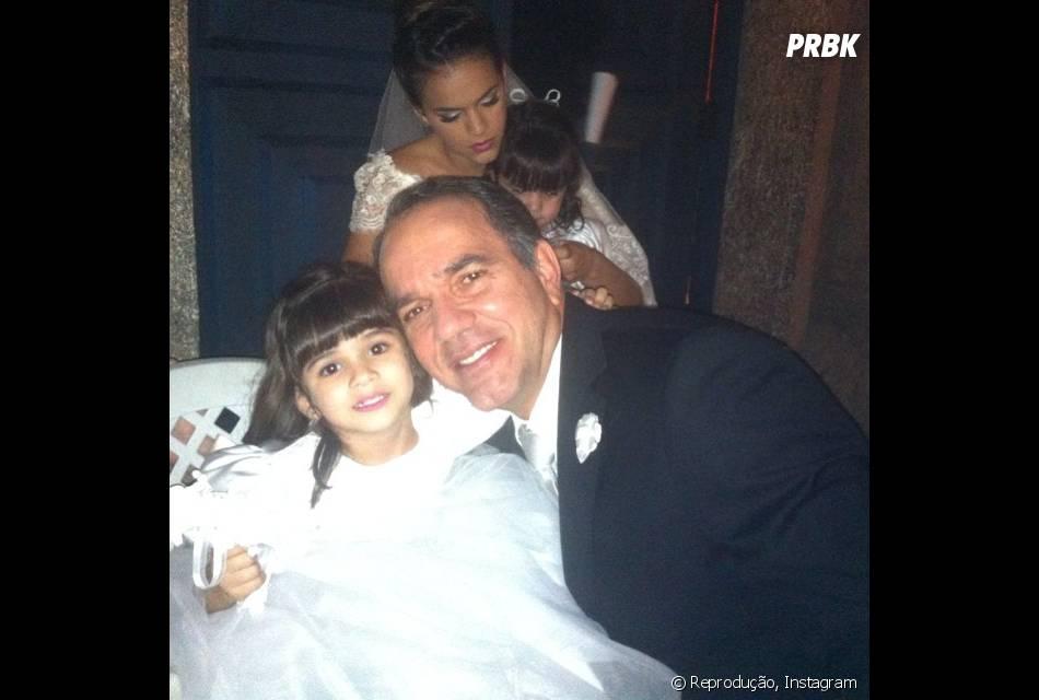 """Na história de """"Em Família"""", Humberto Martins posa no set do casamento de Luiza (Bruna Marquezine) e Laerte (Gabriel Braga Nunes) com Bruna Marquezine ao fundo"""