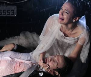 """Na novela """"Em Família"""", Luiza (Bruna Marquezine) segura Laerte (Gabriel Braga Nunes) em seus braços depois de ele ser baleado"""